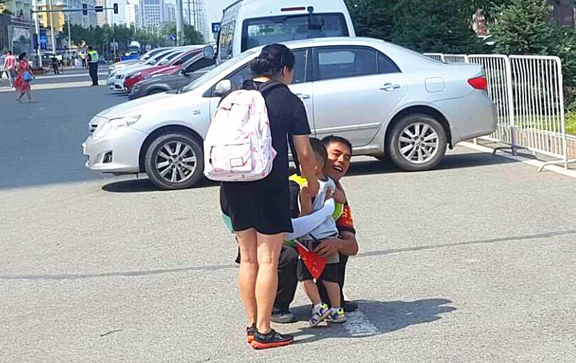 王长海帮助业主抱孩子.jpg